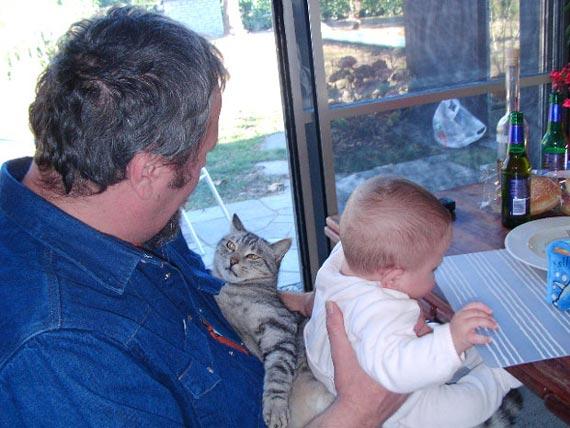 2004 - Bianca è nata da poco ......e Trotti reclama la sua postazione delle coccole
